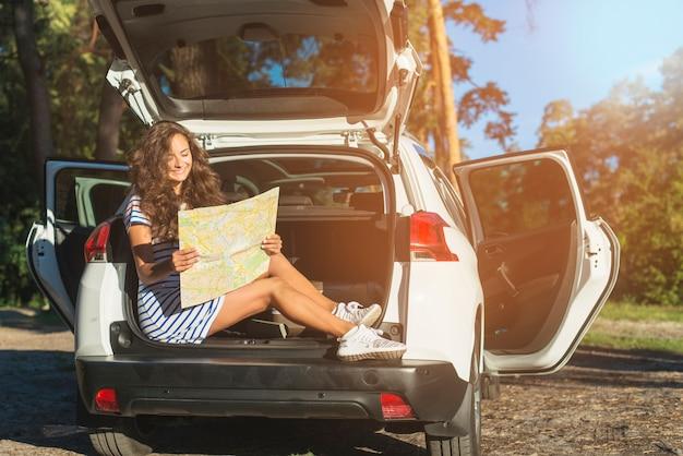 Mujer joven en un viaje por coche