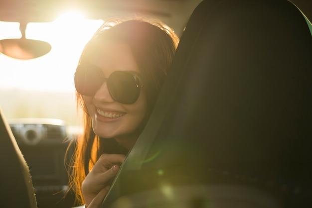 Mujer en joven en un viaje por coche