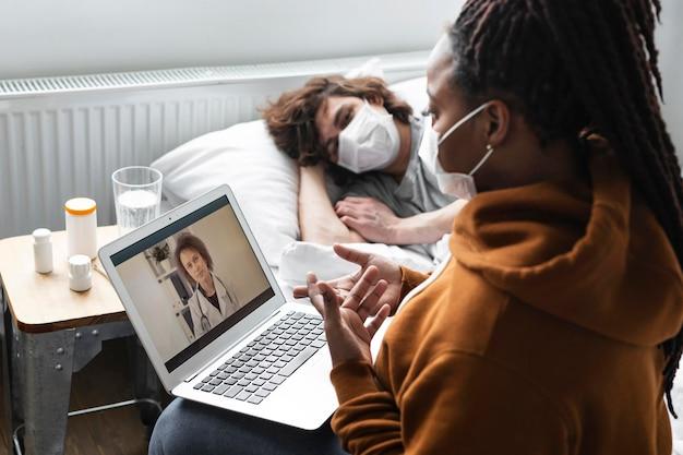 Mujer joven con una videollamada con un médico para su amiga
