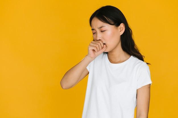 Mujer joven de la vista delantera que bosteza