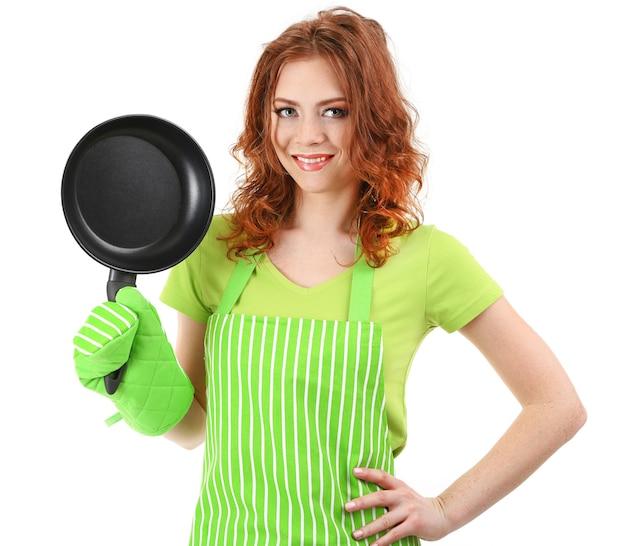 Mujer joven vistiendo delantal de cocina con pan, aislado en blanco