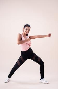 Mujer joven vistiendo ropa deportiva