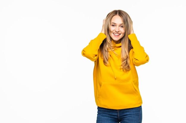 Mujer joven vistiendo sudadera con capucha de gran tamaño