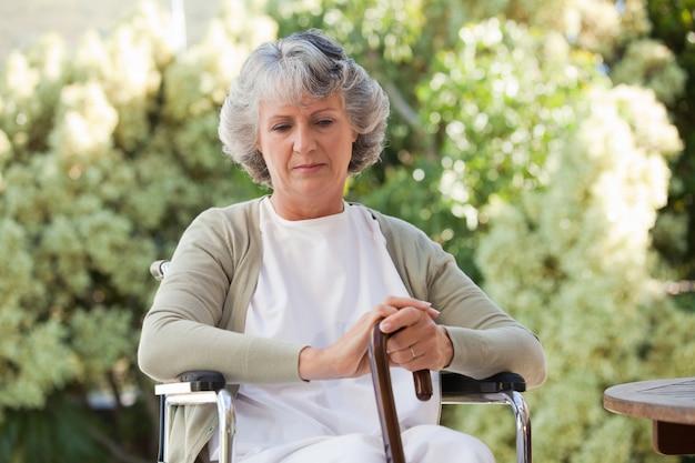Mujer jubilada con su bastón