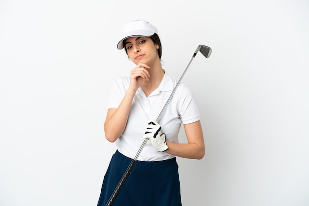 Mujer de jugador de golfista joven guapo aislada en el pensamiento de pared blanca