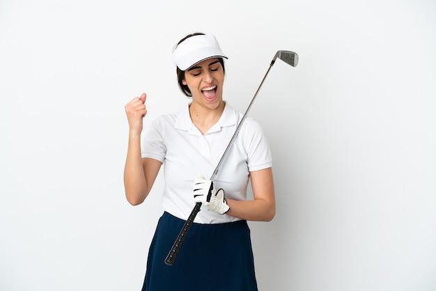 Mujer de jugador de golfista joven guapo aislada sobre fondo blanco celebrando una victoria