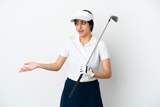 Mujer de jugador de golfista joven guapo aislada sobre fondo blanco con expresión de sorpresa mientras mira de lado