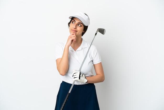 Mujer de jugador de golfista joven guapo aislada sobre fondo blanco y mirando hacia arriba