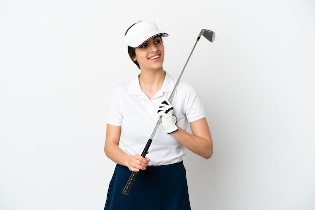 Mujer de jugador de golfista joven guapo aislada sobre fondo blanco pensando en una idea mientras mira hacia arriba