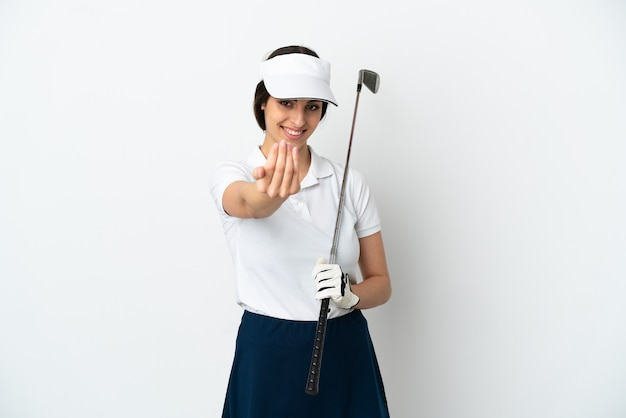 Mujer de jugador de golfista joven guapo aislada sobre fondo blanco que invita a venir con la mano. feliz de que hayas venido