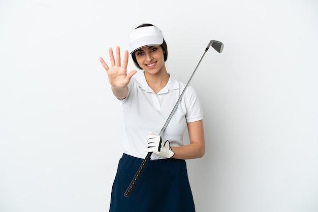 Mujer de jugador de golfista joven guapo aislado en la pared blanca contando cinco con los dedos