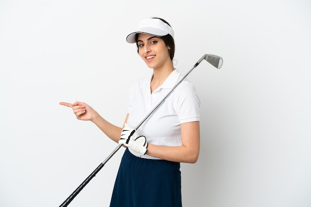 Mujer de jugador de golfista joven guapo aislado sobre fondo blanco que señala con el dedo hacia el lado