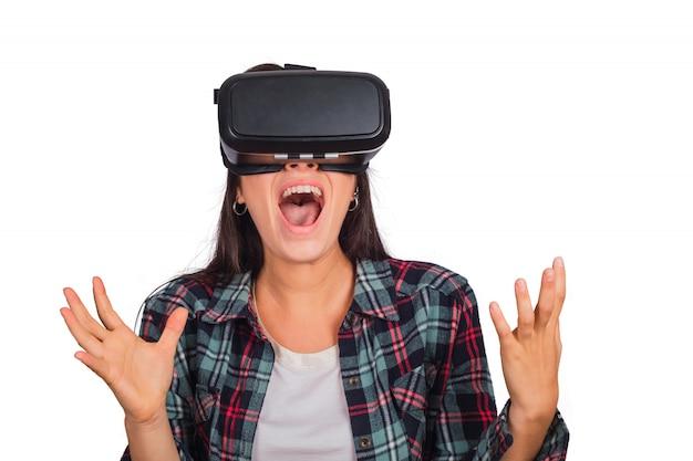 Mujer jugando con gafas de realidad virtual.