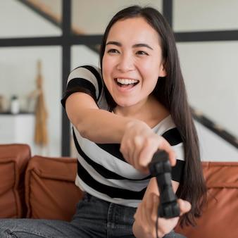 Mujer jugando con joystick