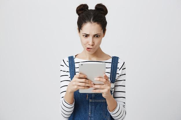 Mujer jugando juego en tableta digital
