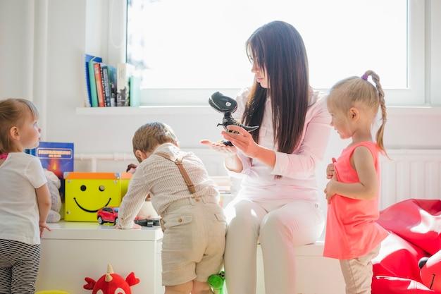 Mujer jugando con los niños