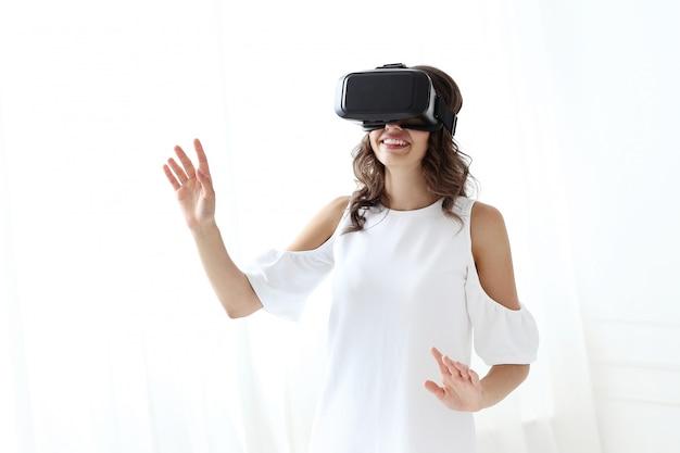 Mujer jugando a la realidad virtual