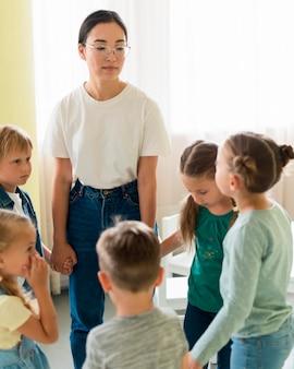 Mujer jugando con sus alumnos