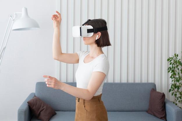 Mujer jugando un videojuego mientras usa gafas vr