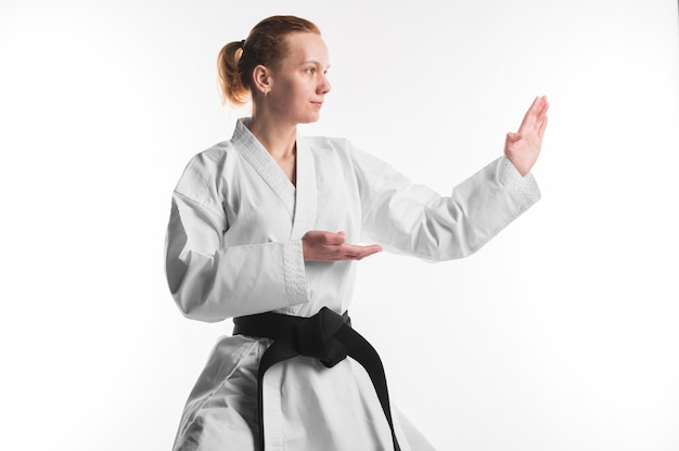 Mujer de karate practicando tiro medio