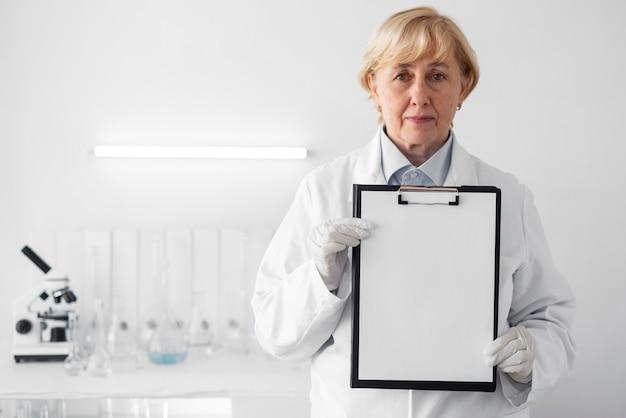 Mujer, en, laboratorio, actuación, portapapeles