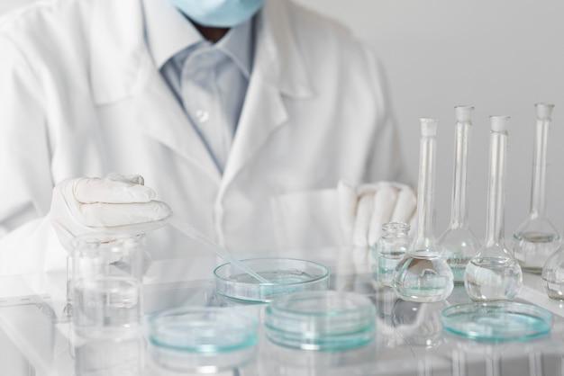 Mujer en laboratorio haciendo experimentos de cerca