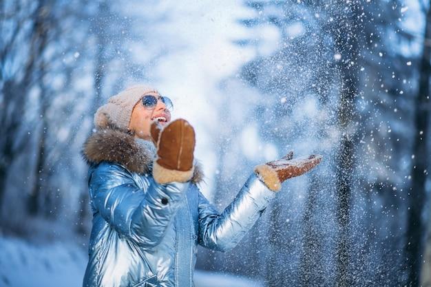 Mujer, lanzamiento, nieve, en el estacionamiento