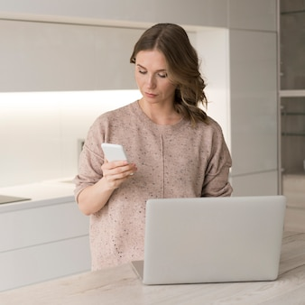 Mujer con laptop y smartphone