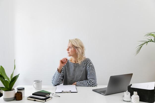 Mujer con laptop trabajando desde casa