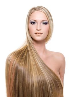Mujer con largo cabello rubio lacio