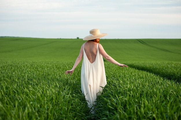 Mujer, en, largo, vestido blanco, en, un, campo verde
