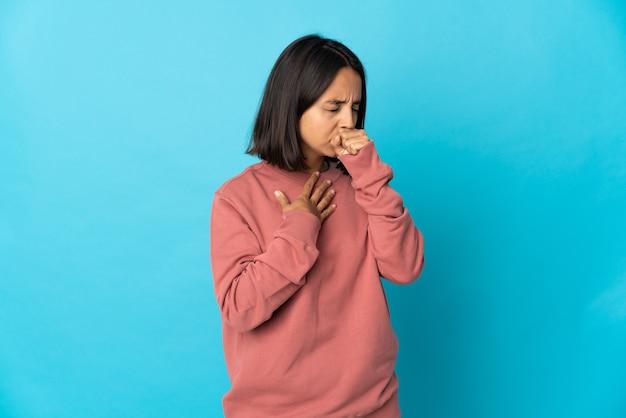 Mujer latina joven aislada en la pared azul tosiendo mucho