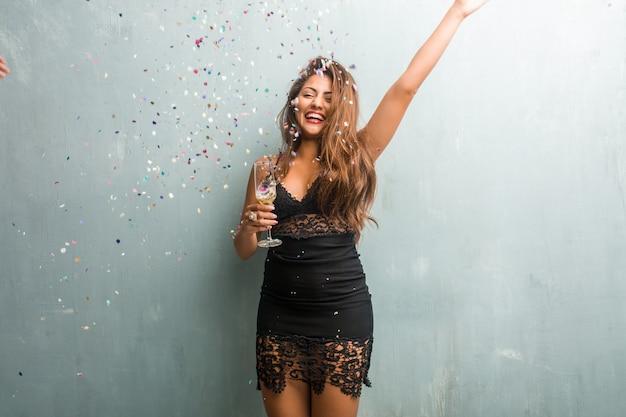 Mujer latina joven que celebra año nuevo o un evento.