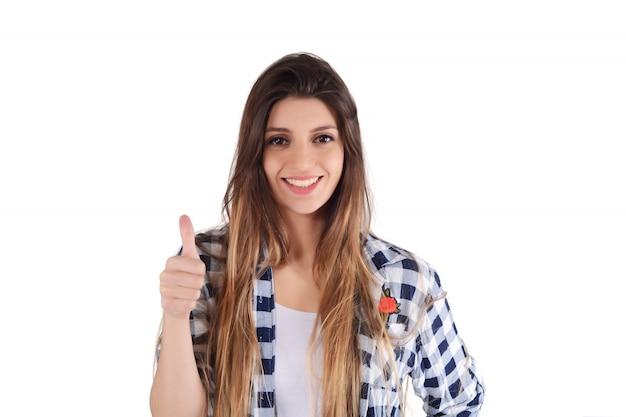 Mujer latina joven que da los pulgares para arriba