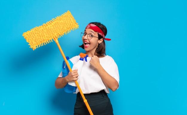 Mujer latina joven que se siente feliz, positiva y exitosa, motivada al enfrentar un desafío o celebrar buenos resultados