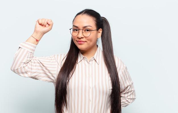 Mujer latina que se siente seria, fuerte y rebelde, levanta el puño, protesta o lucha por la revolución