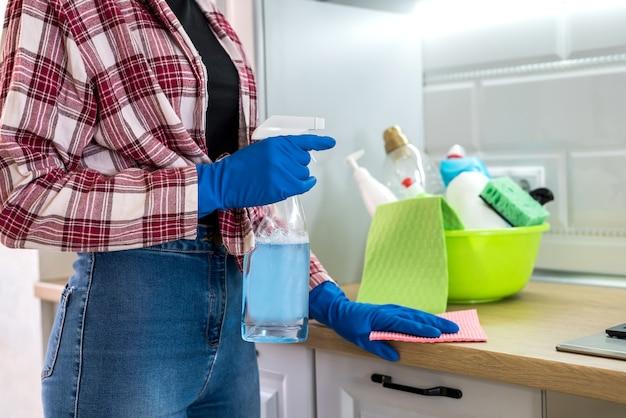 Mujer lava y limpia en la cocina.