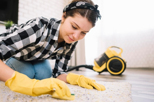 Mujer, lavar la alfombra