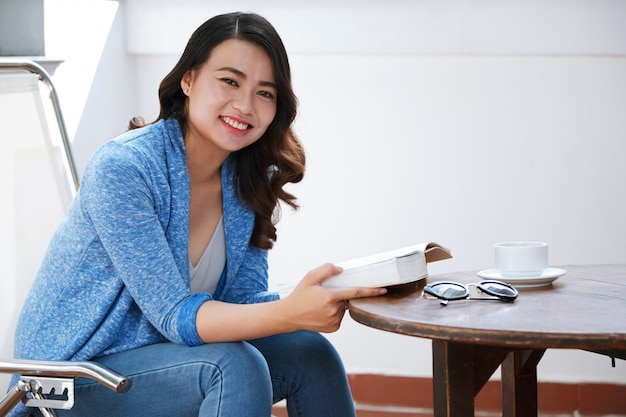 Mujer, lectura, en, café