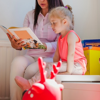 Mujer, lectura, niño