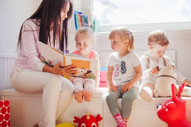 Mujer, lectura, niños, escuela