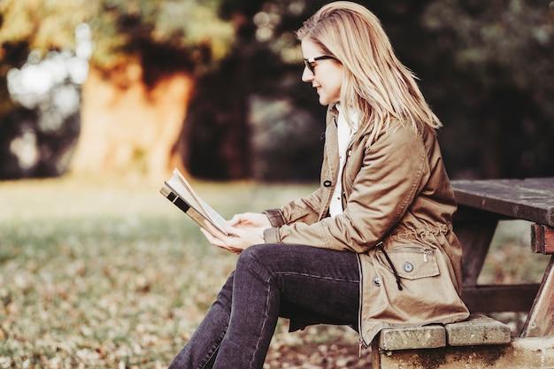 Mujer, leer un libro, en, ocaso