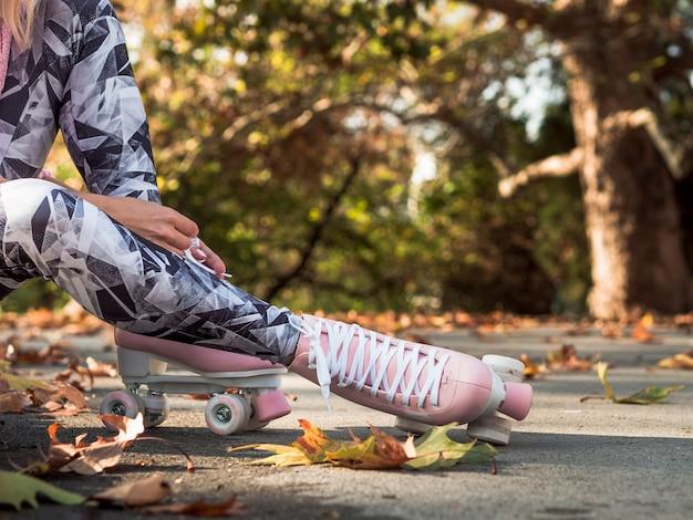 Mujer en leggings y patines vista lateral