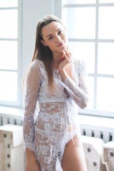 Mujer en lencería blanca