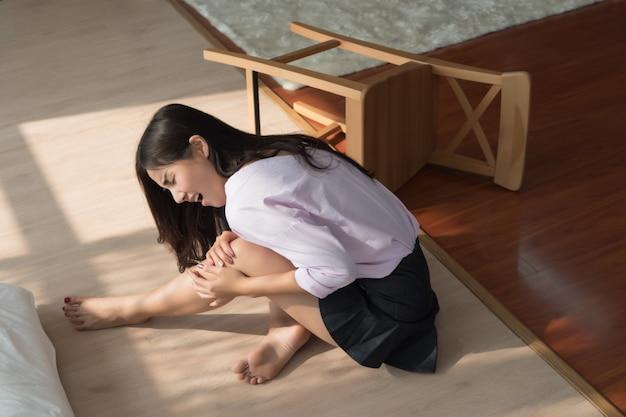 Mujer lesionada con dolor de rodilla o lesión en la pierna