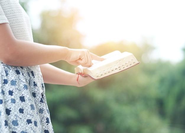 Mujer Leyendo El Libro En Blanco En El Jardín: Colección Biblia Abierta