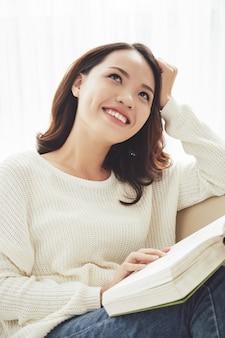 Mujer leyendo un libro fantástico