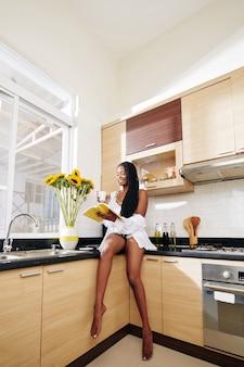 Mujer leyendo libro de recetas