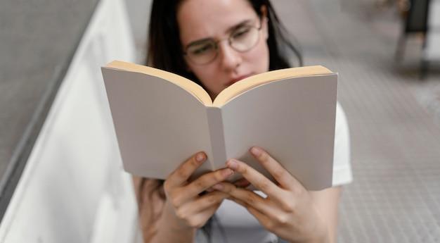 Mujer leyendo un libro solo
