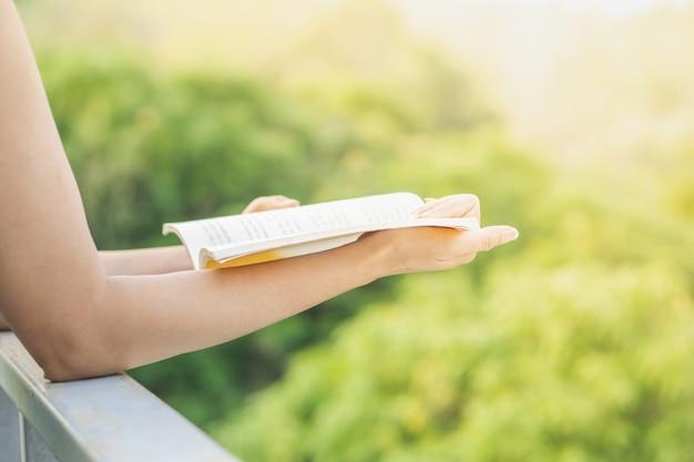 Mujer leyendo libro de vacaciones